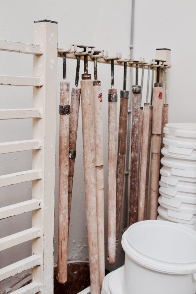 Werkzeuge in Keramik-Werkstatt