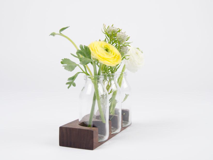Kleine Vase Tischdeko aus Holz mit Milchflaschen