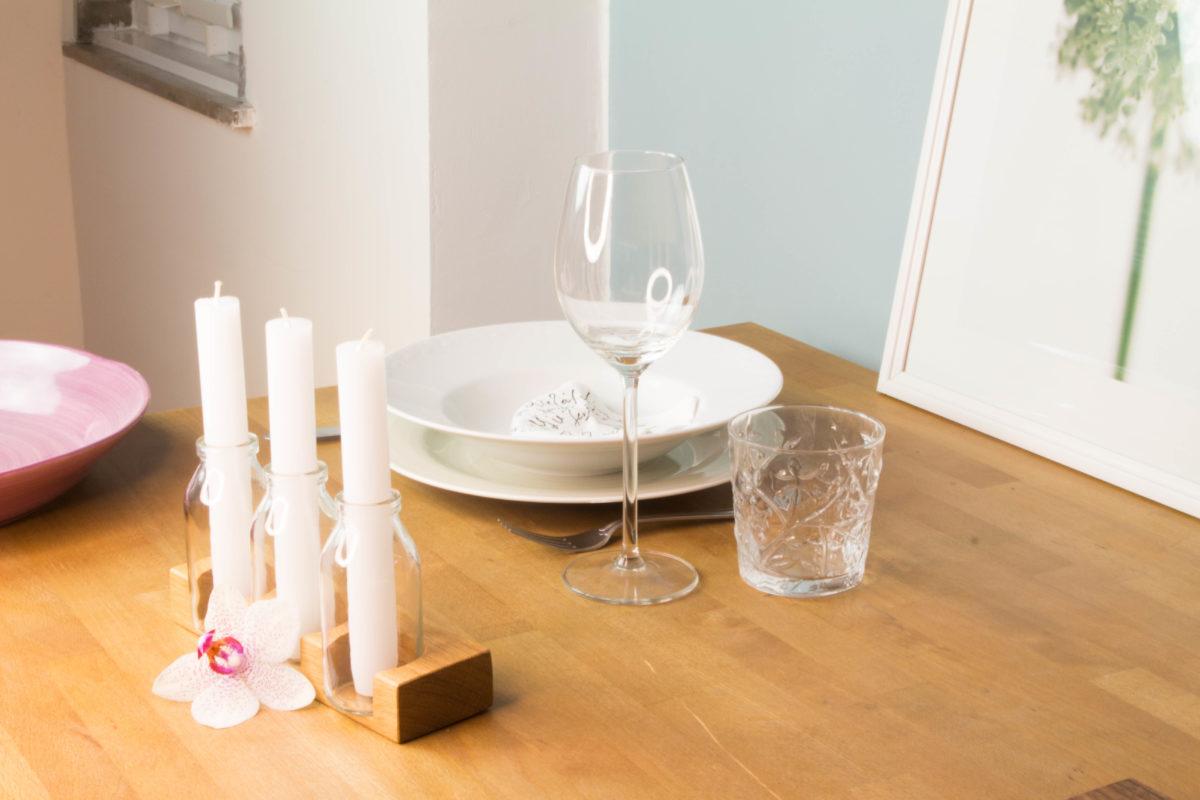 Tischdeko: Durchgefärbte Stabkerzen Weiß